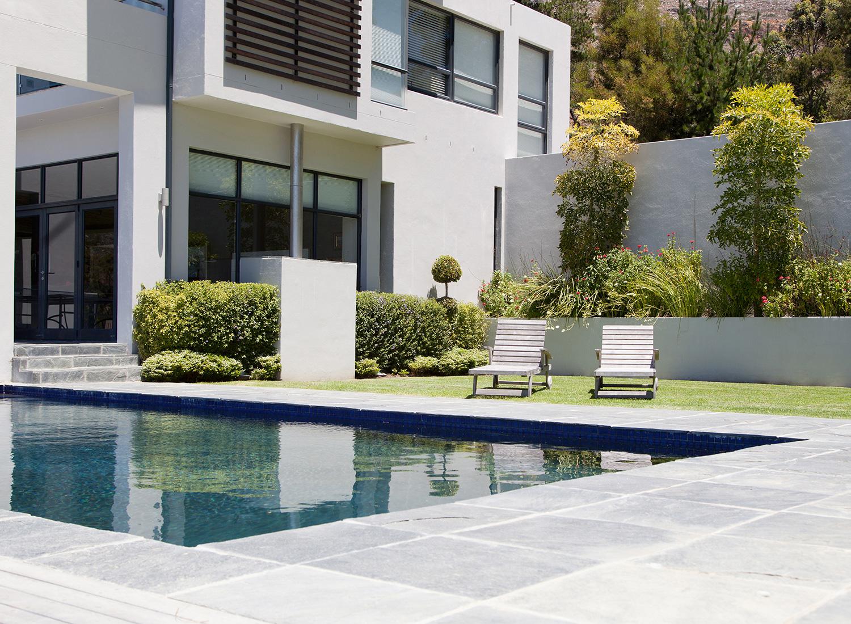 iStock Bösl Immobilien Garten Pool Villa