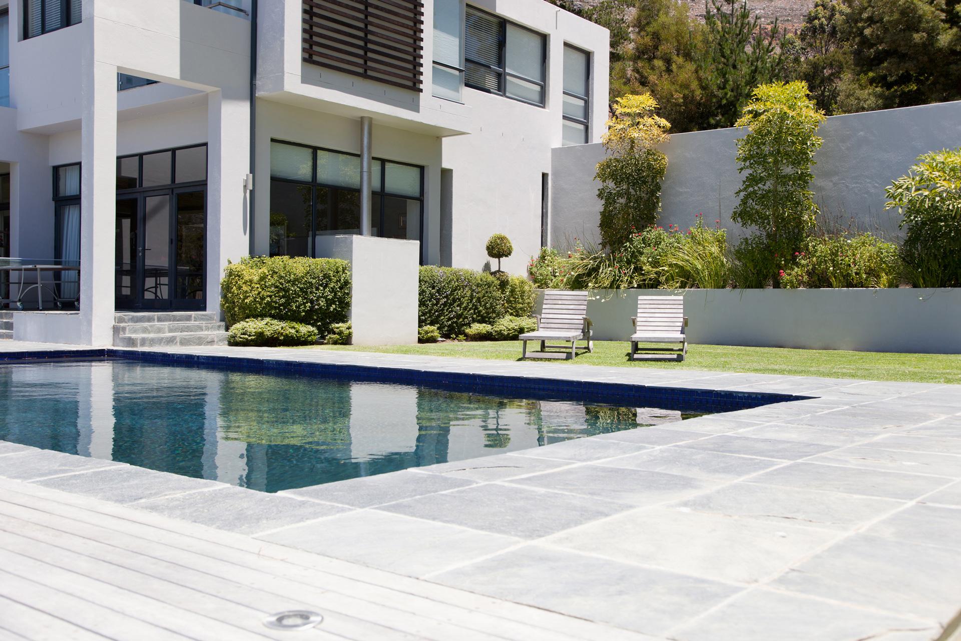 iStock Bösl Immobilien Liegen Garten Pool